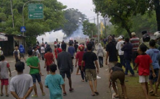 Kedua kelompok warga di kawasan jembatan Kali Manggarai Minggu petang kembali terlibat tawuran, aksi saling serang dengan batu, kayu, botol minuman hingga petasan terus di lancarkan kedua kelompok warga yang saling bertikai