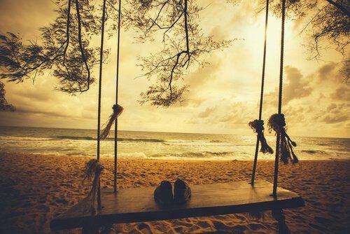 No fim  Somos apenas  Acúmulo de saudades    Dos amores perdidos  Dos amigos que se foram  Dos sonhos não realizados  Da vida  Enfim  Que vai chegando ao fim...