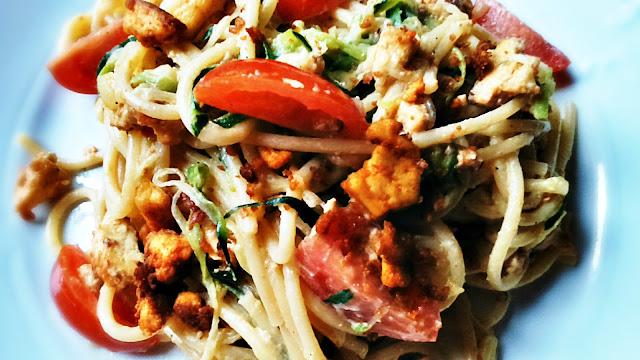 Spaghetti z cukinią i tofu jak mięso mielone