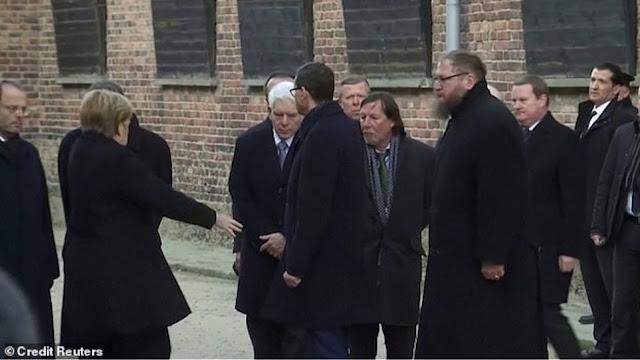 Ασταθής η Μέρκελ και στην επίσκεψη στο Άουσβιτς