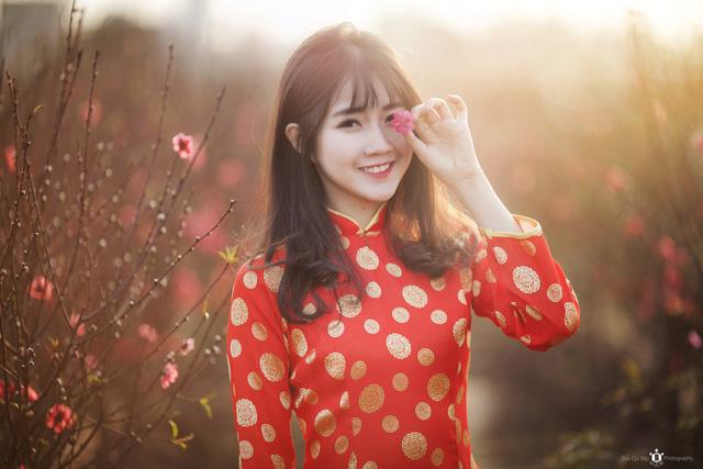 Hotgirl Nguyen Hoang Kieu Trinh and sakura flower