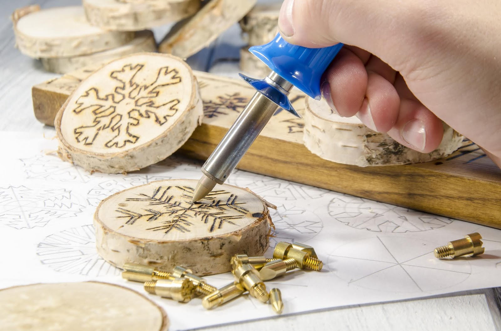 Manualidades navideñas fáciles y rápidas con rodajas de madera y soldador