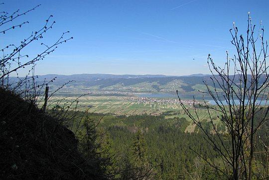 Panorama na południe, gdzie Dunajec rozlewa się w Jezioro Czorsztyńskie