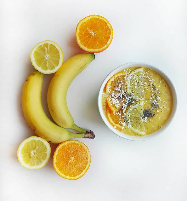 Smoothiebowl, smoothie z bananów, pomarańczy i cytryn
