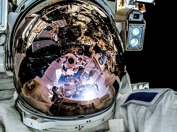 Astronauta faz 'selfie' durante caminhada espacial