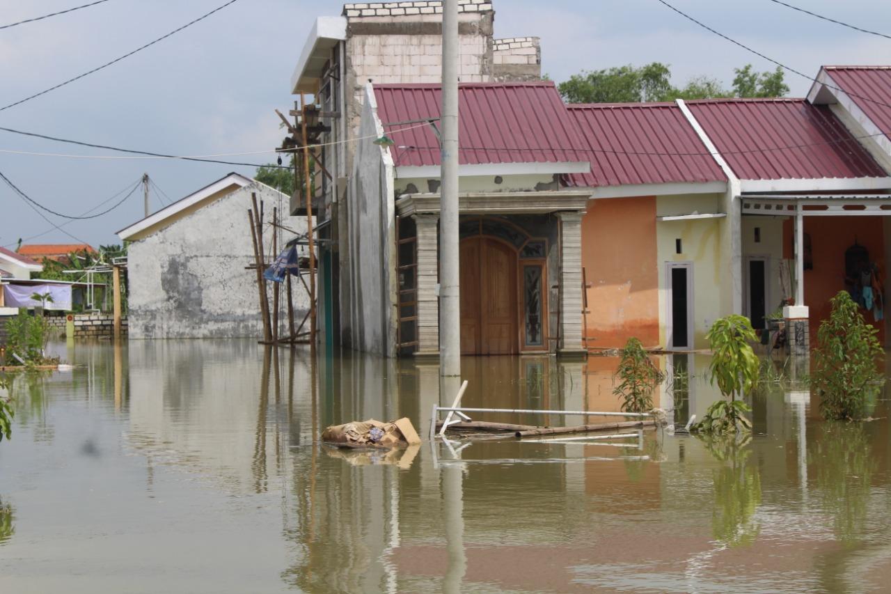 [Foto] Heroisme Emak-Emak PKS Terjang Banjir Gresik untuk Bantu Korban