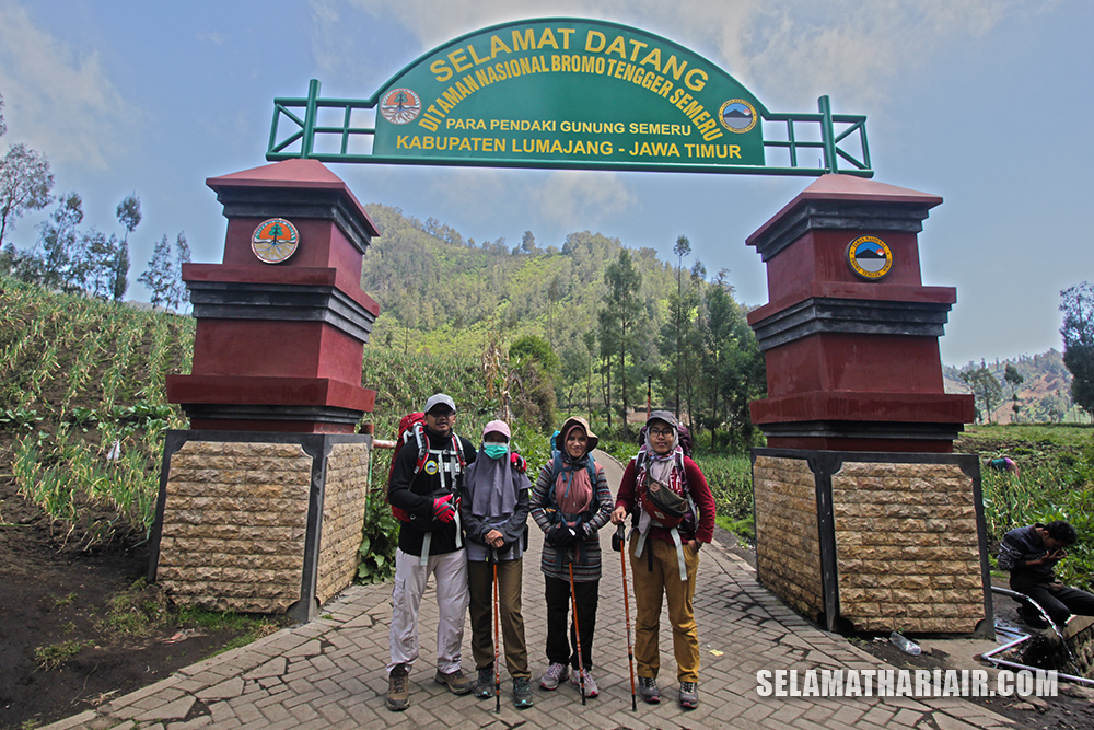 Gapura Selamat Datang Pendakian Gunung Semeru
