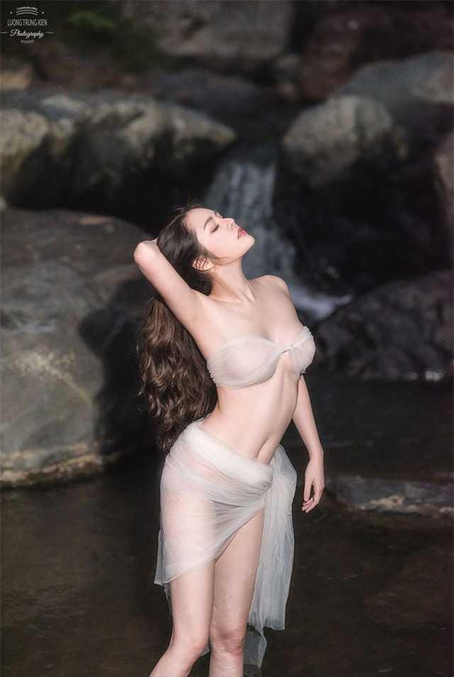 """Bỏ thi Hoa Hậu Hoàn Vũ Việt Nam 2019, cô nàng hot girl """"Về nhà đi con"""" tung ảnh bikini giữa núi rừng"""