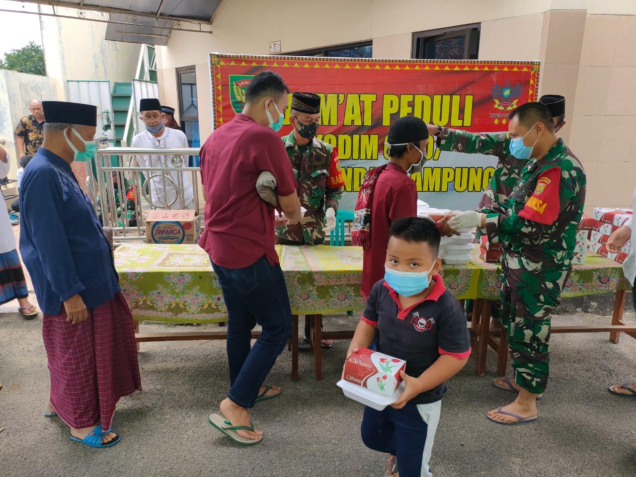 Kodim 0410/KBL menggelar kegiatan Jum'at peduli bertempat di Masjid Muttaqin, Kedamaian Kota Bandar Lampung