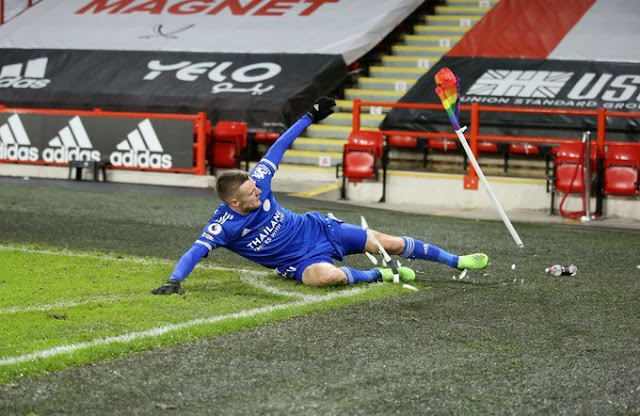 Jamie Vardy scores and smashes the corner flag