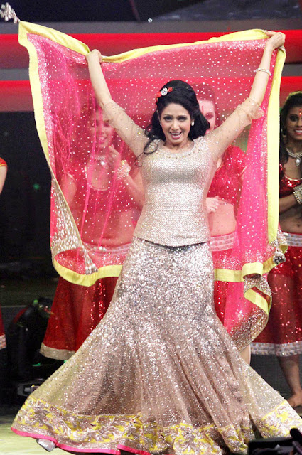 Bollywood Mega Actress Sridevi Dance Perfomance Wallpaper at IFA 2013