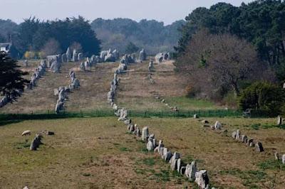 Τι Κρύβουν οι Στοιχισμένες Πέτρες του Καρνάκ στη Γαλλία;
