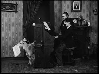 """Кадр из к/ф Чарли Чаплина """"Солнечная сторона"""" / Sunnyside (1919) - 17"""