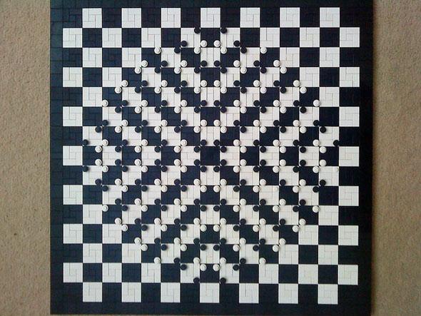 Üzerine boncuklar konularak kabartı oluşturulmuş bir satranç tahtası