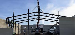 foto grua montando estructura y prefabricados