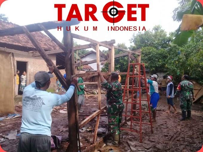 Team Koramil Dukuhseti Bersama Warga Bantu Pembongkaran Rumah Sunarto Yang Diterjang Hujan Deras dan Angin