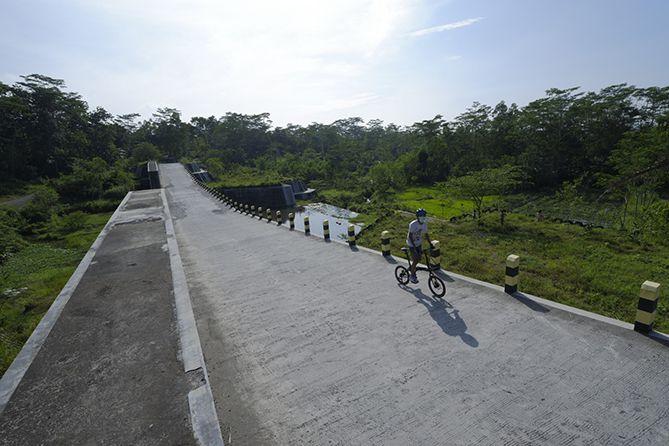 Menjadikan DAM Kali Woro sebagai spot foto bersepeda (Dokumentasi Ardian Kusuma)