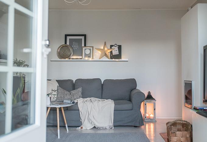 olohuoneen talvisisustus, ikea ektorp harmaa sohva, tauluhylly somistus olohuoneessa