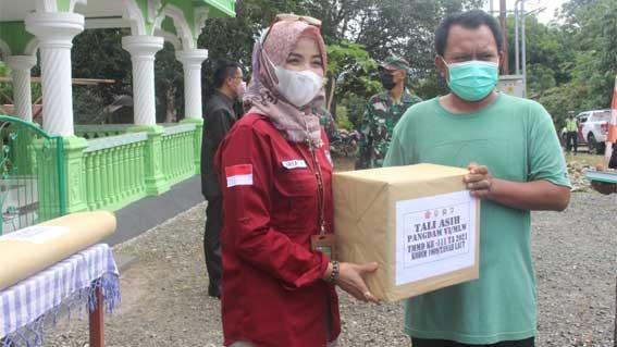 Iriaty menyerahkan bingkisan Tali Asih kepada Panitia Masjid Sabilal Rosyad Desa Tanjung