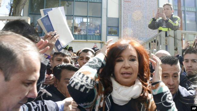 La ex presidenta Cristina Fernández, que se postula como vicepresidenta del candidato peronista de centroizquierda Alberto Fernández, abandona una mesa electoral después de votar en Río Gallegos / AP