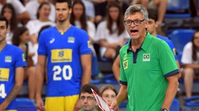 Técnico Renan Dal Zotto comandando a seleção brasileira