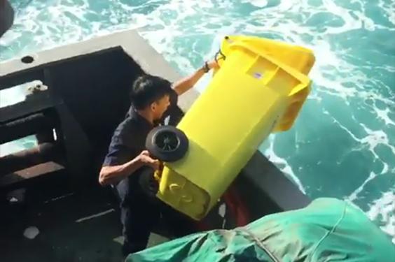 Susi Pudjiastuti Mengatakan Akan Memberi Hukuman Kepada Petugas Kapal Yang Buang Sampah Ke Laut