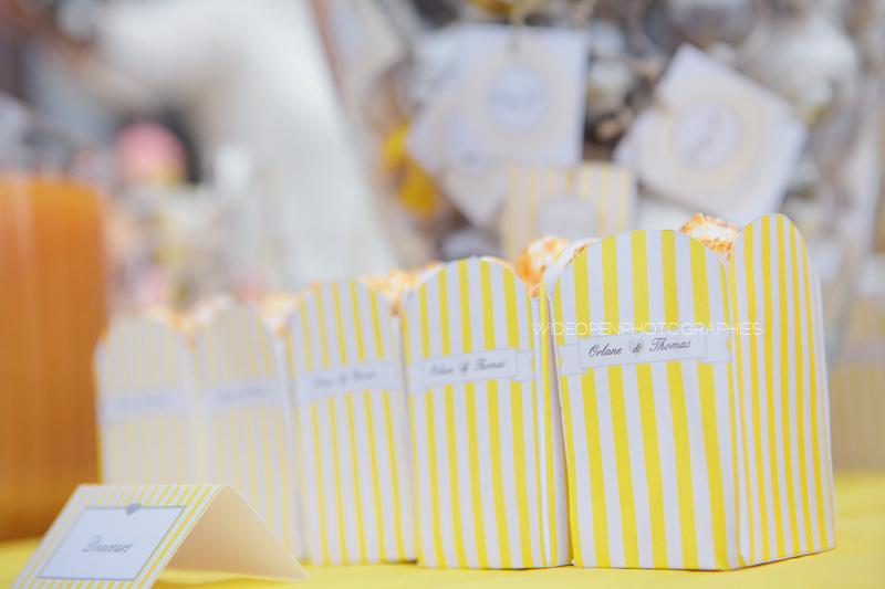 pots de pop de corn à rayures jaunes