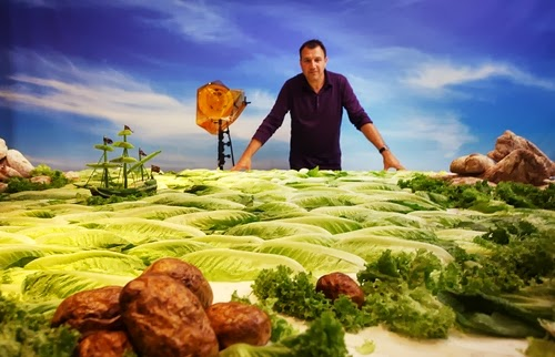 26-Carl-on-Lettuce-Seascape-Set-Foodscapes-British-Photographer-Carl-Warner-Food- Vegetables-Fruit-Meat-www-designstack-co