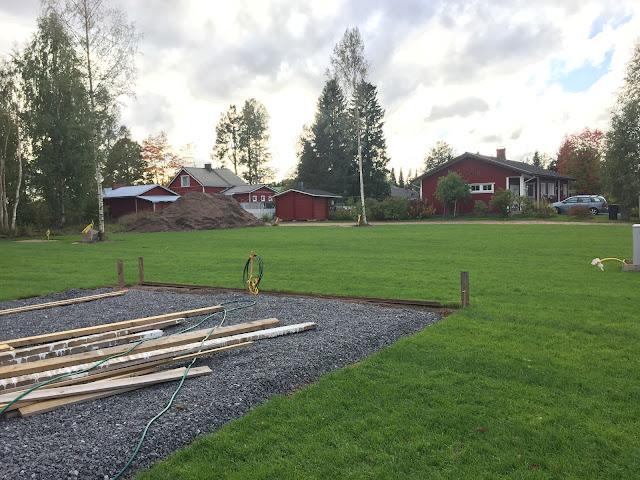 terassi laatan pohja, nurmikko, ruohikko, kokemuksia siirtonurmesta, omakotitalon pihatyöt