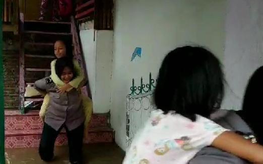 Polwan Polres Kep. Selayar, Ikut Evakuasi Warga Terdampak Banjir