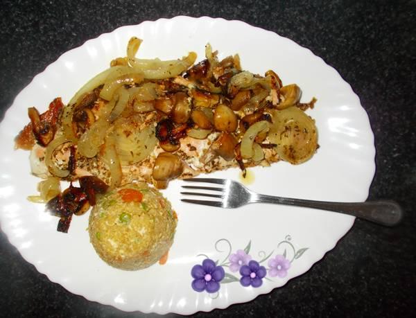 Salmão assado com cebola e cogumelos