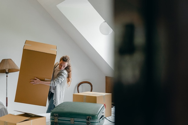Women carrying a box, moving house, Moving House, Moving House Tip, Moving Place Tips, Lifestyle