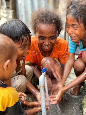 Ekspresi anak anak saat pertama kali rumahnya dialiri air dari PDAM Maren Tual