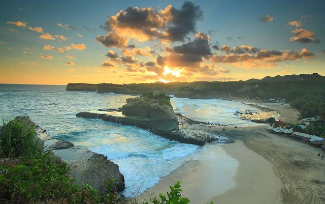 Suasana pantai Klayar saat sunset