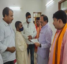 जिले के प्रभारी मंत्री सिद्धार्थनाथ सिंह को मांगपत्र सौंपते उत्तर प्रदेशीय प्राथमिक शिक्षक संघ के जिलाध्यक्ष