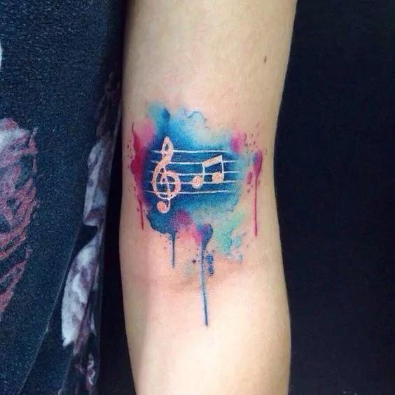 Vemos imagen de un precioso tatuaje de acuarela para mujer