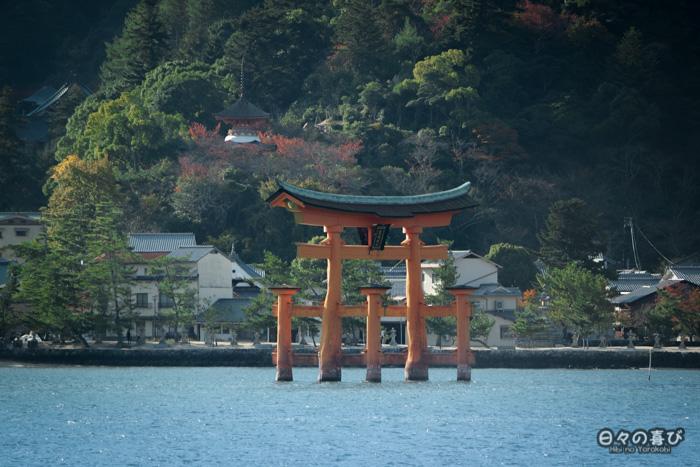 Vue sur le torii depuis le ferry, sanctuaire Itsukushima, Miyajima, Hiroshima-ken
