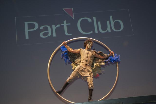 Artista aro acrobático de Humor e Circo se apresentando no palco do Teatro Porto Seguro para o evento de premiação da empresa Part Club.