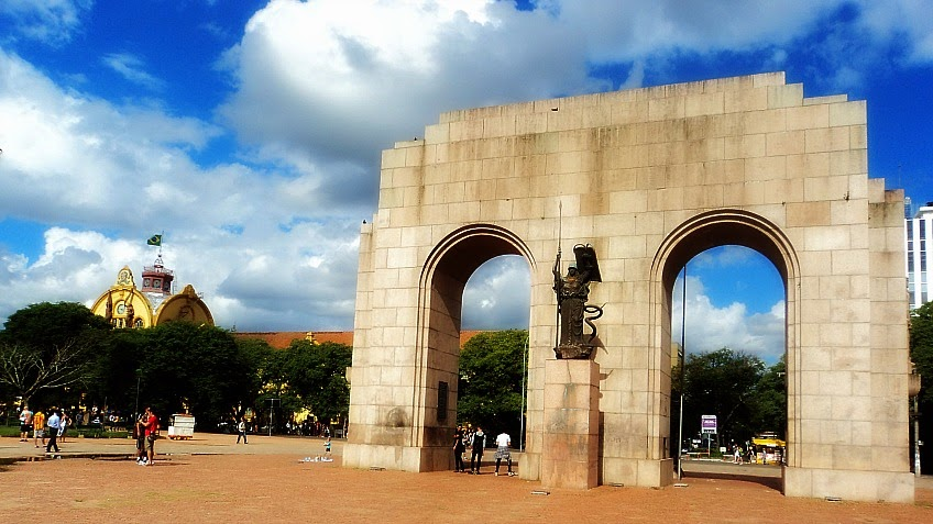 Colégio Militar de Porto Alegre, à esquerda, e Monumento ao Expedicionário, no Parque da Redenção.