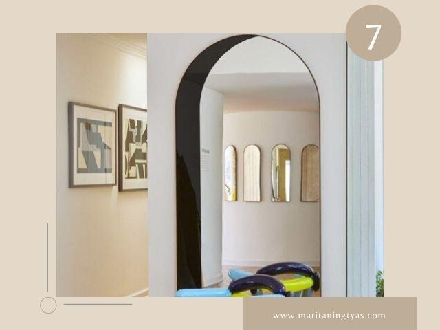 cermin lengkung sebagai pembatas ruangan