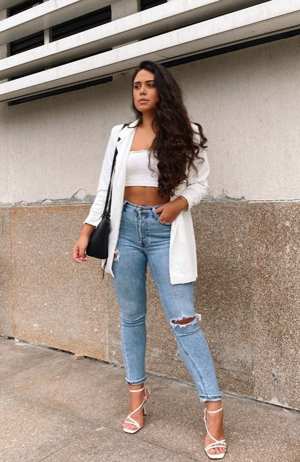 calça jeans rasgada com blazer look chic
