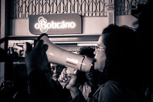 Cerca de 50 pessoas se reuniram na noite desta quarta-feira (3), em frente à loja do Boticário na Rua XV de Novembro, em Curitiba, para protestar contra as atitudes racistas tomadas pela franquia da empresa de cosméticos curitibana. A mobilização foi convocada pelas redes sociais e reuniu mulheres que, por meio de pronunciamentos e músicas, repudiaram o episódio.No último dia 24 de abril, a enfermeira e militante da Marcha Mundial de Mulheres, Juliana Mittelbach, foi vítima de racismo enquanto frequentava a loja no centro da cidade.