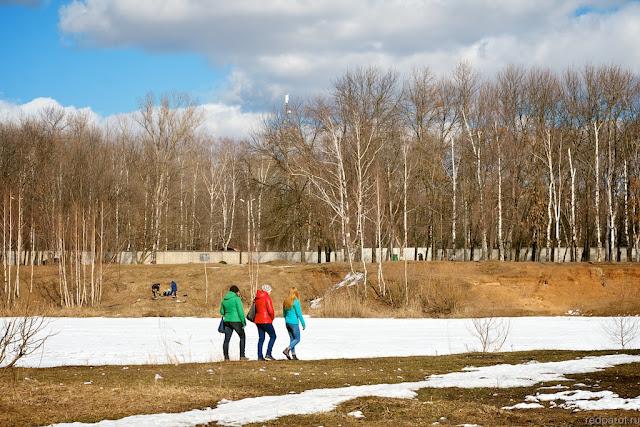 Весенний пейзаж. Девушки в разноцветных куртках.
