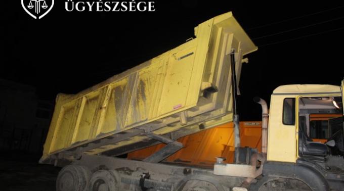 Másfél milliós kárt okozott figyelmetlensége miatt egy teherautó sofőrje