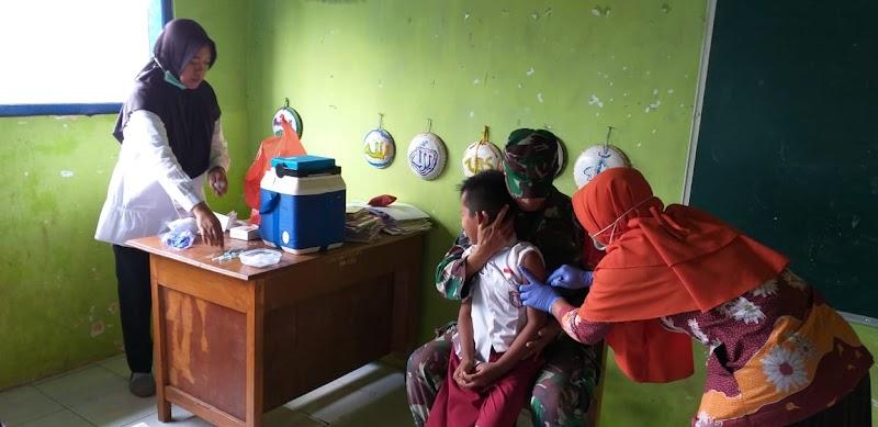 Babinsa Koramil 16/Puspo Dampingi Skrining Kesehatan Dan Bias Campak