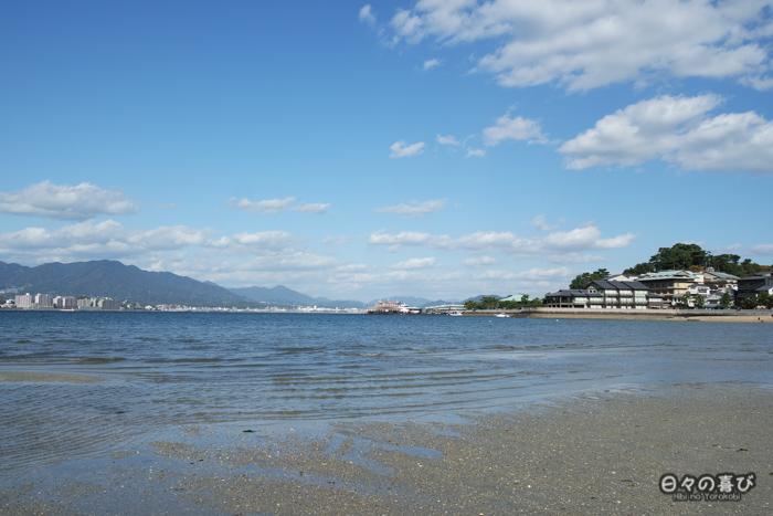 Vue sur Honshu et la mer intérieure de Seto, plage de Miyajima, Hiroshima-ken
