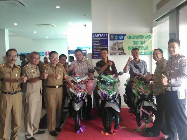 Samsat Depok Berikan Sepeda Motor pada Pembayar Pajak