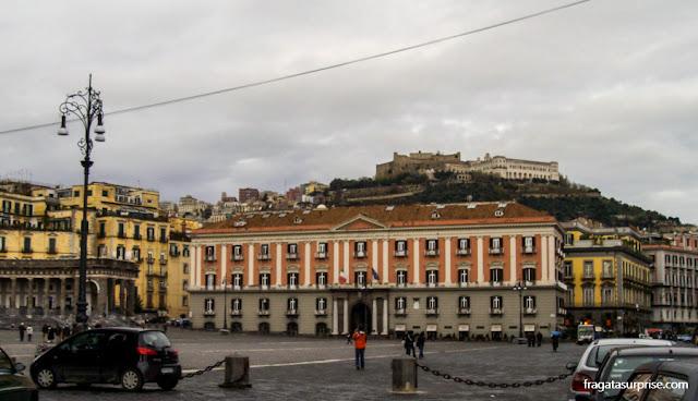O Castel Sant'Elmo, no Vomero, visto da Piazza del Plebiscito, no Centro Histórico de Nápoles