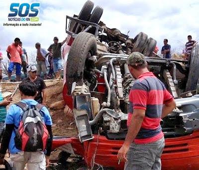 CAMINHÃO PIPA CAPOTA E MOTORISTA MORRE PRESO AS FERRAGENS NA ZONA RURAL DE APODI/RN.