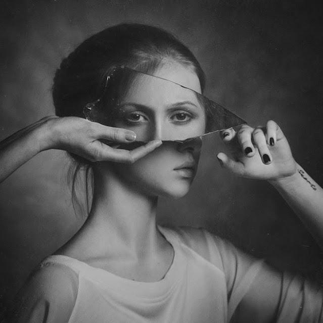 vajzë me një copë pasqyrë në fytyrë